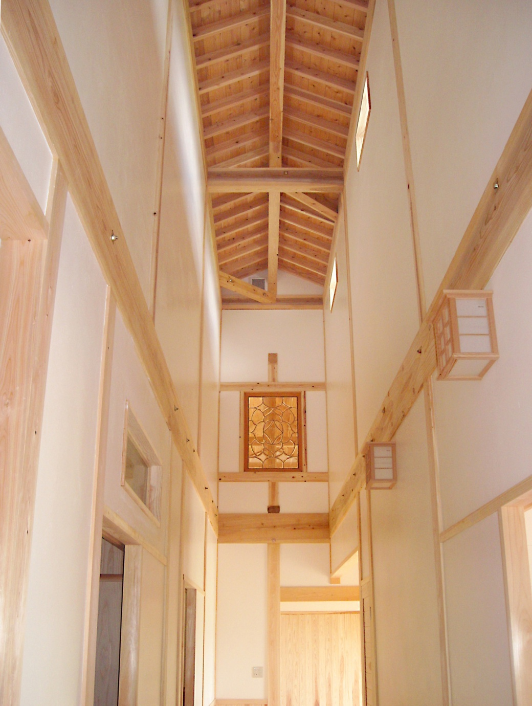 久間産業の施工イメージ:天井が高い廊下